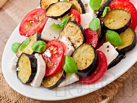 Салата с патладжани, домати, сирене Фета и босилек - снимка на рецептата